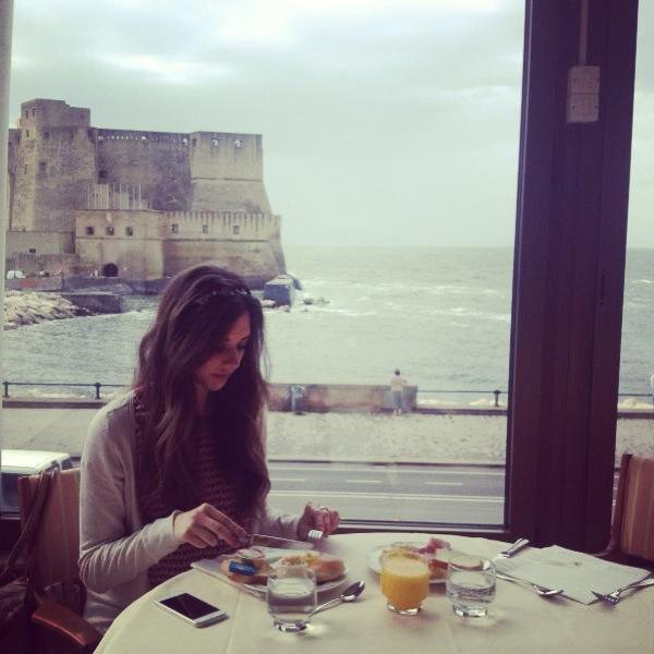 Stephanie belles desayunando en Napoli